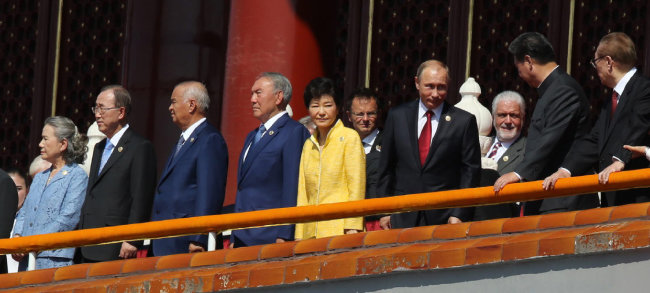 2015년 9월 3일 중국 베이징 톈안먼 광장에서 열린 '중국 항일 및 세계 반(反)파시스트 전쟁 승리 70주년 기념 대회'에서 박근혜 대통령이 시진핑 중국 주석과 함께 열병식을 참관하고 있다. [동아일보 변영욱 기자]