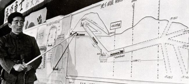 1975년 2월 한국으로 귀순한 북한 땅굴공사 착암기 기술자 김부성 씨가 판문점 서남방 4㎞ 지점의 제3땅굴 공사내용의 도면을 가리키고 있다. [동아DB]
