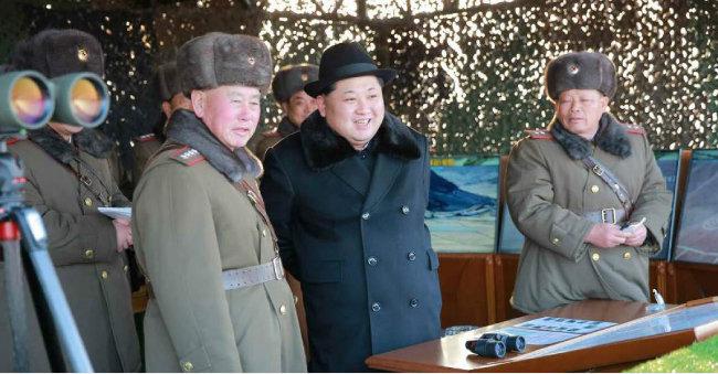 김정은 국무위원장이 '평양 사수 쌍방기동훈련'에 참관해 훈련을 지휘했다고 노동신문이 2016년 2월 21일 보도했다. [노동신문]
