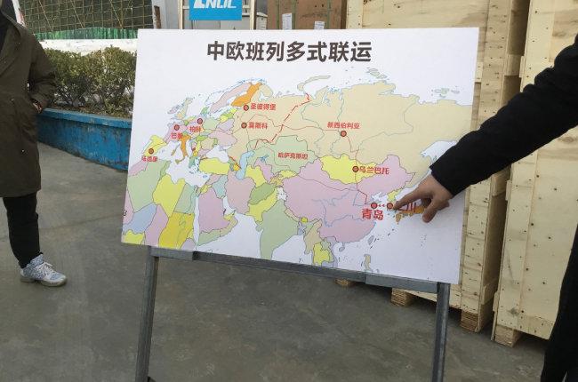 중국 칭다오 항 관계자가 2018년 11월 22일 취재진에게 유럽-칭다오-인천을 잇는 선에 대해 설명하고 있다.