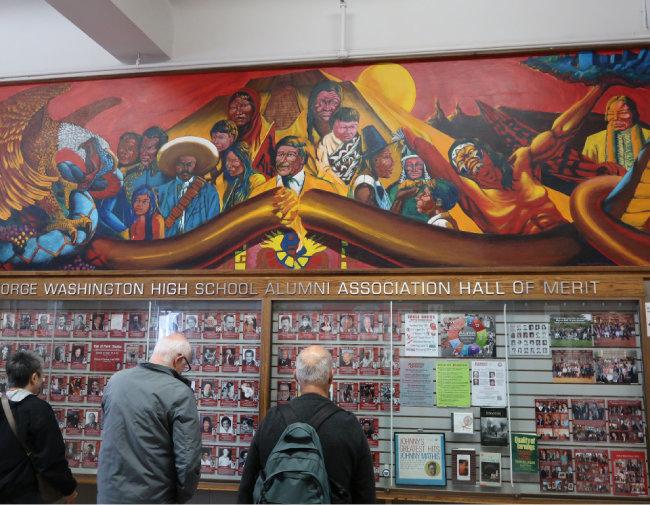 '워싱턴의 생애' 벽화를 지워야 한다는 학생들의 요구가 거세지자 1974년 추가된 벽화. 흑인의 정치 사회 이슈를 벽화로 그려온 화가 듀이 크럼플러가 '제3세계의 투쟁'이란 주제로 그린 작품이다.