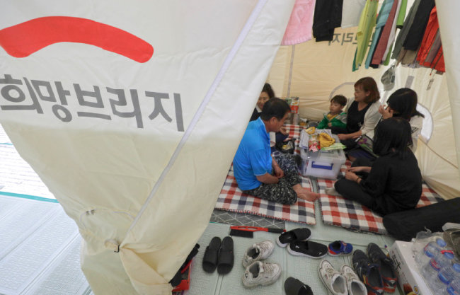 토성면 천진초등학교 실내체육관에 머물고 있는 이재민들.