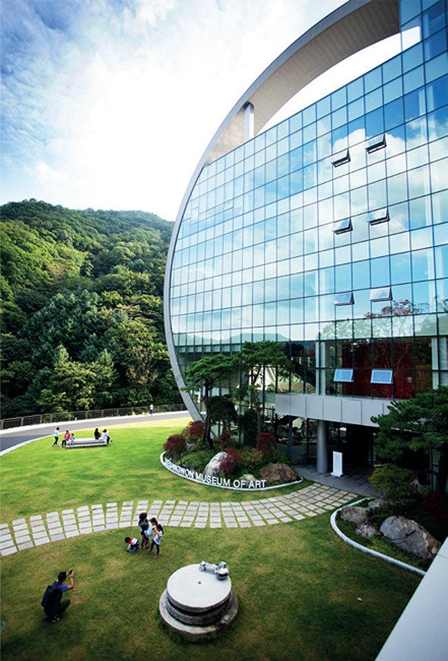 이상원미술관은 2014년 10월  강원 춘천시 외곽 숲속에 문을 열었다.