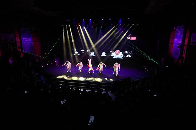 4월 8일 서울 송파구 올림픽공원 케이(K)아트홀에서 열린 세계 최초 5G 상용화 기념행사의 5G 기반 증강현실 콘서트. (청와대사진기자단)