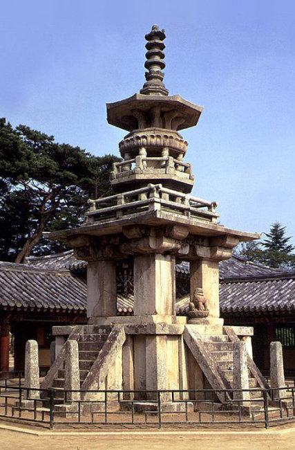 경북 경주 불국사 경내에 있는 석가탑(왼쪽)과 다보탑. [동아DB]