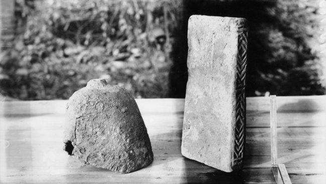 충남 공주 석장리 고분군에서 출토된 낙랑의 투구와 벽돌. [국립중앙박물관 제공]