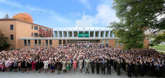미국 NY 뉴윈저 하나님의 교회 앞에서 신도들이 환하게 웃고 있다.