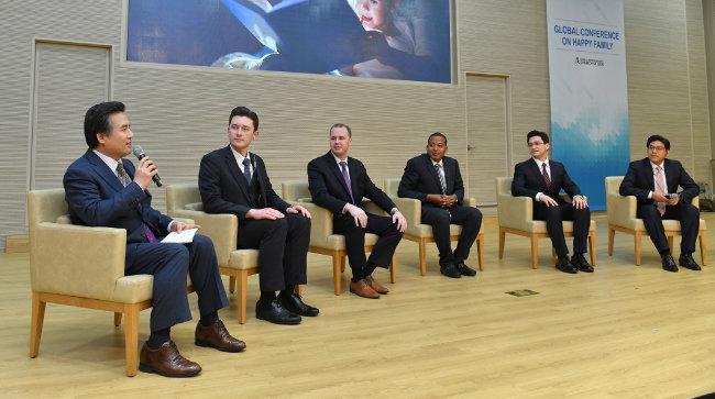 4월 6일 행복한 가정 국제콘퍼런스에서 총회장 김주철 목사(맨 왼쪽)가 좌장을 맡은 가운데 영국, 미국, 에콰도르, 인도, 페루 출신 패널들이 각자 문화권에서의 경험과 사례를 공유했다.