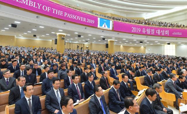 유월절 대성회에 참여한 하나님의 교회 신자들이 설교를 경청하고 있다.