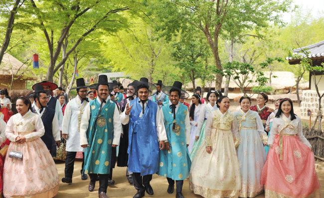 고운 한복을 차려 입은 하나님의 교회 해외 신자들이 한국민속촌을 관람하며 즐거워하고 있다.