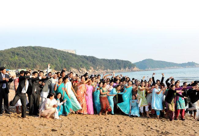 네팔, 라오스 등 아시아 내륙국가에서 온 해외성도방문단이 난생 처음 바다 구경에 기뻐하고 있다.