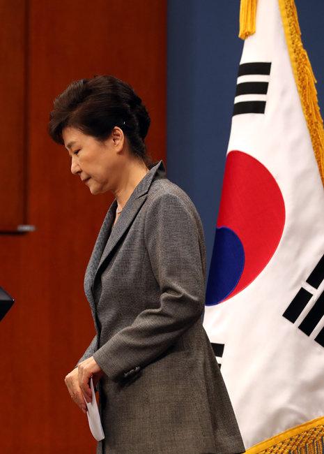 2016년 11월 29일 3차 대국민 담화를 발표하고 퇴장하는 박근혜 당시 대통령. [청와대사진기자단]
