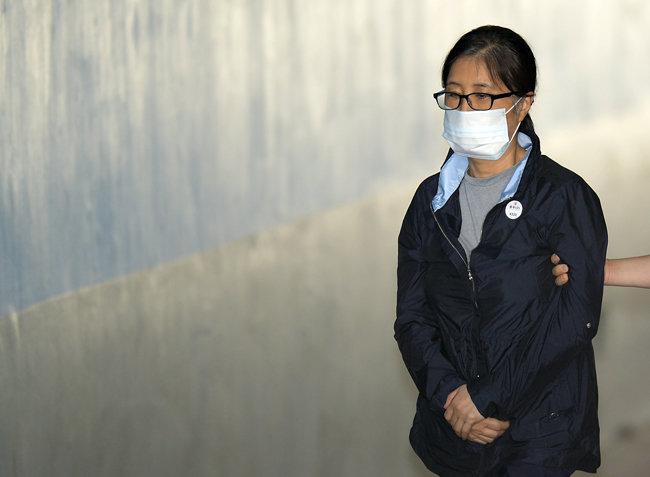 최순실이 2017년 8월 29일 서울중앙지방법원에서 열린 국정농단 관련 공판에 출석하고 있다. [뉴시스]
