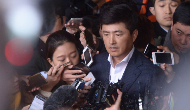최순실 씨 측근으로 알려진 고영태 씨가 2016년 10월 31일 서울중앙지검에서 조사를 마친 뒤 기자들의 질문을 받고 있다. [뉴시스]