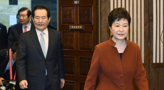 박근혜 대통령이 2016년 11월 8일 서울 여의도 국회에서 정세균 국회의장과 면담하기 위해 자리로 향하고 있다. [청와대사진기자단]