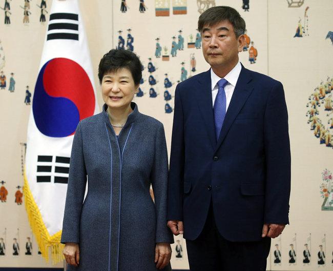 2016년 11월 18일 청와대에서 열린 신임 정무직 임명장 수여식에서 박근혜 대통령이 최재경 민정수석과 기념촬영을 하고 있다. [청와대사진기자단]