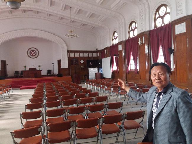 6월 12일 이동초 씨가 천도교 중앙대교당 강당에서 궁을 문양을 가리키며 설명중입니다.[김우정 기자]