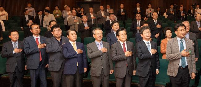 6월 10일 서울 여의도 국회도서관에서 열린 '평등의 역습' 북콘서트 행사장에서 참석자들이 국민의례를 하고 있다. [박해윤 기자]