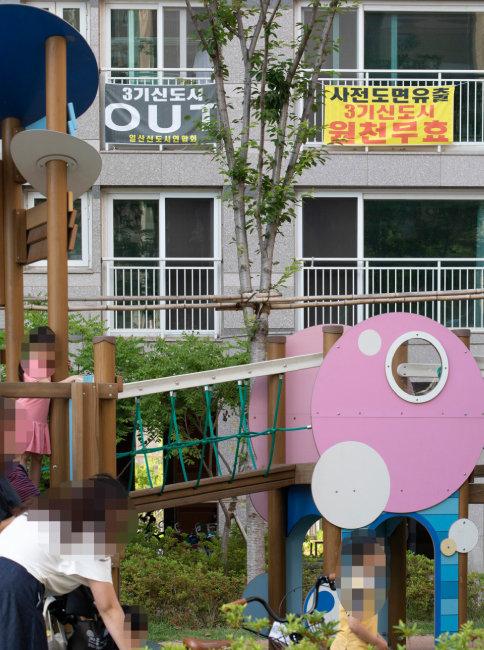 일산동구에 위치한 한 신축 아파트 베란다에 3기 신도시를 반대하는 내용의 현수막이 걸려 있다. [박해윤 기자]