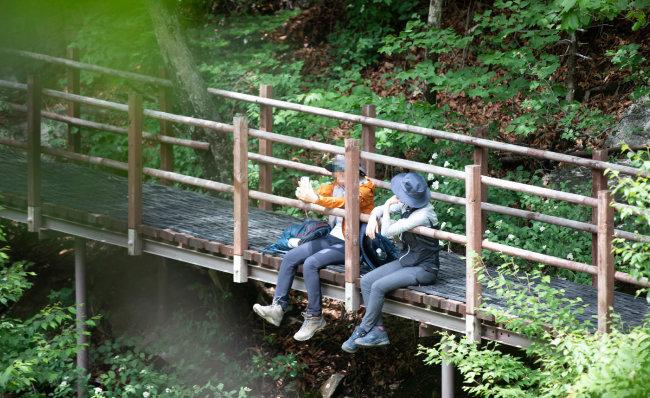설악산 10경의 아름다움은 지나가는 등산객을 유혹해 걸음을 붙들어 맨다.