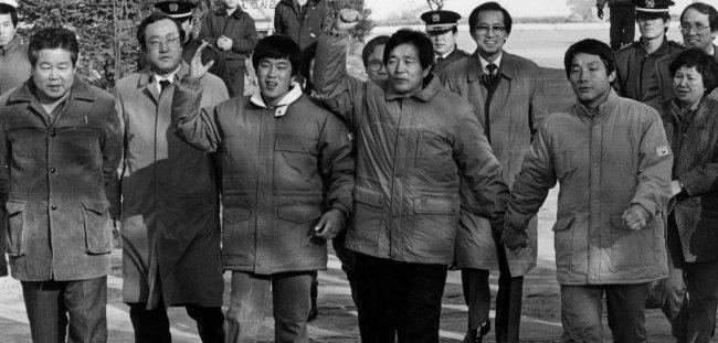 1988년 12월 21일 장기표 대표(앞줄 왼쪽에서 네번째)가 시국사범들과 함께 공주교도소를 출소하면서 '5공비리 청산'을 외치고 있다. [동아DB]