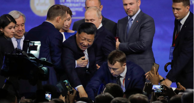 6월 7일 러시아 상트페테부르크에서열린 국제경제포럼에 참석한 시진핑 중국 국가주석이 경호원의도움을 받아 행사장을 나서고 있다. [AP=뉴시스]