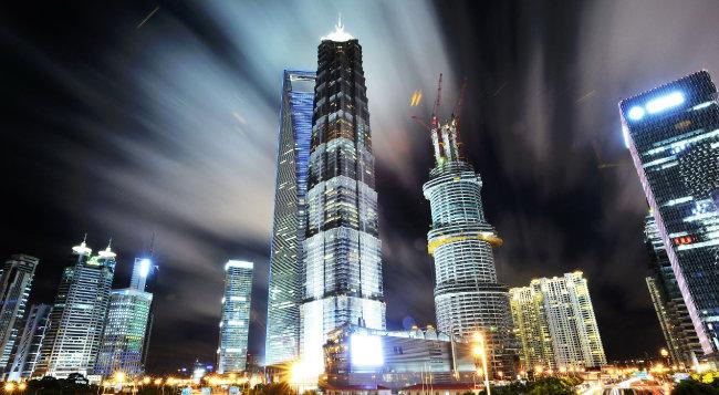 상하이 야경. 중국식 성장의 한편엔 상식적으로 설명되지 않는 불합리함도 적지 않다.