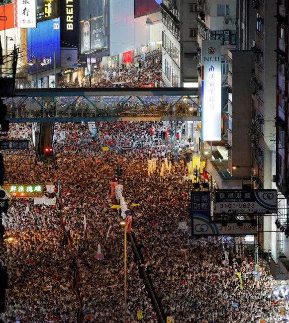 홍콩 시민들이 6월 9일 중국으로의 '범죄인 인도 법안'에 반대하는 시위를 하고 있다. 도널드 트럼프 미국 대통령, 테리사 메이 영국 총리 등은 홍콩의 반중 시위에 사실상 지지 의사를 표명했다. [뉴시스]