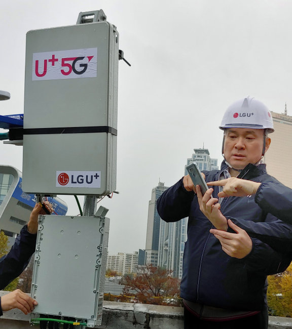 하현회 LG유플러스 부회장이 2018년 11월 8일 서울 노량진 5G 통신기지국 설치 현장을 찾아 상태를 점검하고 있다. [LG유플러스 제공]