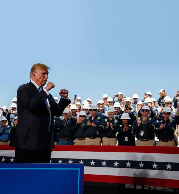 """5월 14일 도널드 트럼프 미국 대통령이 미 루이지애나주 핵베리의 캐머런 액화천연가스(LNG) 수출기지를 방문했다. 그는 이날 자신의 트위터에 중국을 겨냥해  """"미국은 더는 '돼지저금통'이 아니다""""라고 썼다. [AP=뉴시스]"""