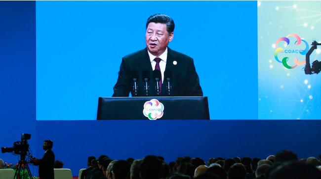 """5월 15일 시진핑 중국 국가주석은 베이징에서 열린 아시아문명대화대회에서 """"자기 문명을 우월하게 여기면서 다른 문명을 개조하려 드는 것은 어리석은 짓""""이라며 미국을 비판했다. [AP=뉴시스]"""