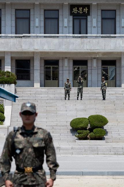 북한군이 판문점 북측 판문각에서 망원경으로 남측 지역을 살펴보고 있다. [홍중식 기자]
