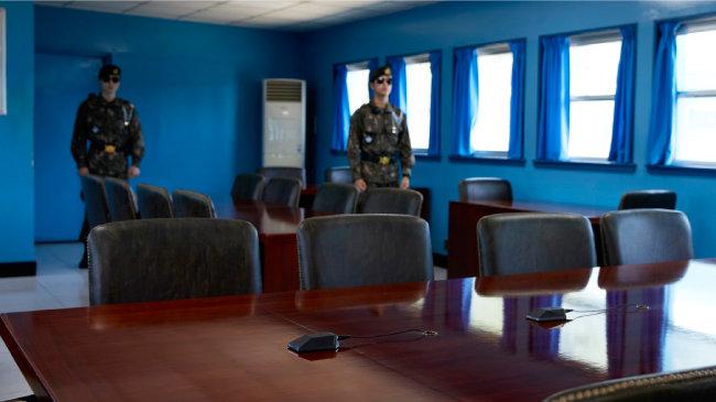 남북 장성급 회담 시 양측 군 대표단이 마주 앉는 군사정전위원회 본회의실(T2). 테이블 위 마이크 장치는 군사분계선(MDL)을 표시한다. [홍중식 기자]