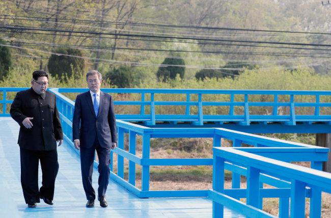 2018년 4월 27일 문재인 대통령과 김정은 북한 국무위원장이 '도보다리' 위에서 담소를 나누고 있다. [한국사진공동취재단]