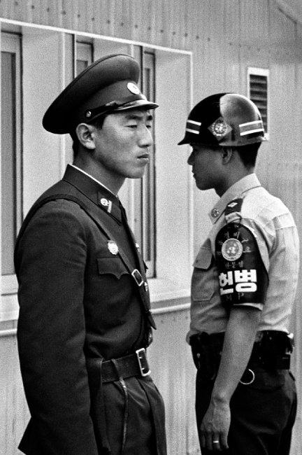 1992년 판문점 공동경비구역(JSA) 내에서 남북한 군인이 엇갈려 선 채 반대 방향을 바라보고 있다. [김녕만 사진작가 제공]