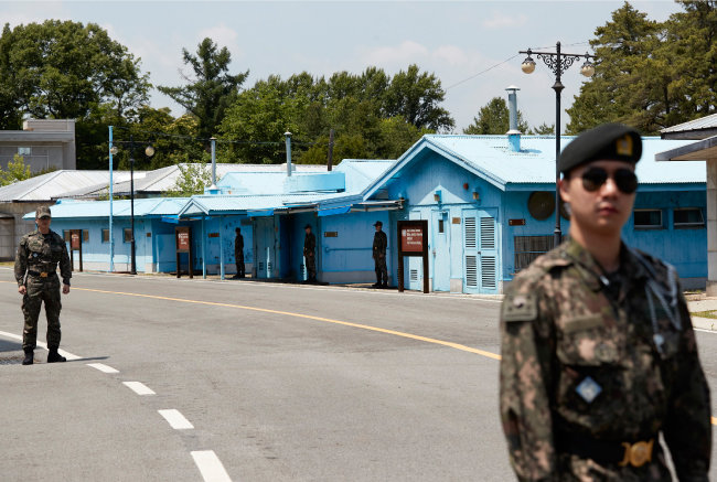 군사분계선(MDL)을 따라 동서 방향으로 놓인 회의실 앞을 비무장한 군인이 지나고 있다. [홍중식 기자]