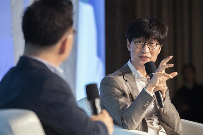 6월 18일 서울 종로구 포시즌스호텔에서 열린 '디지털 G2 시대, 우리의 선택과 미래 경쟁력' 심포지엄에서 이해진 네이버 GIO(오른쪽)가 김도현 국민대 경영학부 교수와 대담하고 있다. [네이버]