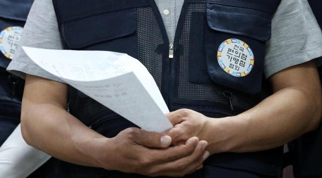 2018년 7월 16일 편의점주들이 서울 성북구 전국편의점가맹점협회 사무실에서 기자회견을 통해 최저임금 인상 공동대응책을 발표하고 있다. [뉴시스]