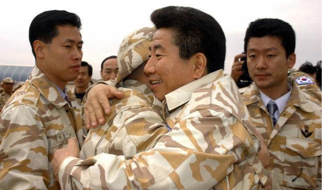 2004년 12월 8일 이라크 자이툰 부대를 방문한 노무현 당시 대통령에게 한 사병이 달려와 포옹하고 있다. [박경모 동아일보 기자]