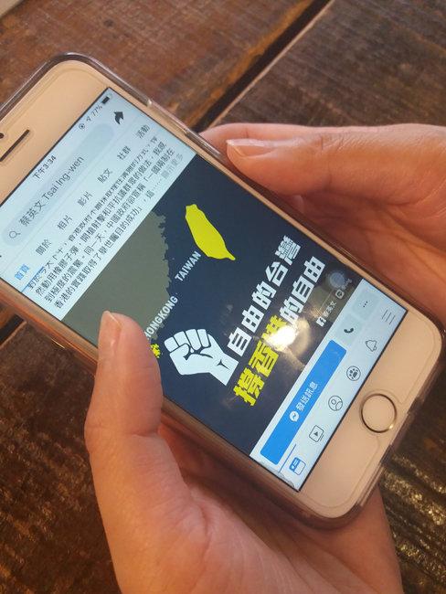 """6월 19일 서울 신촌의 한 카페에서 대만인 유학생 린 모(38)씨가 차이잉원 대만 총통이 자신의 SNS 계정에 게시한 홍콩 시위 지지 메시지를 읽고 있다. 차이 총통은 해당 게시글에서 """"온 세상 자유와 민주를 믿는 사람들이 홍콩 사람들과 함께 설 것""""이라고 밝혔다.  [김우정 기자]"""