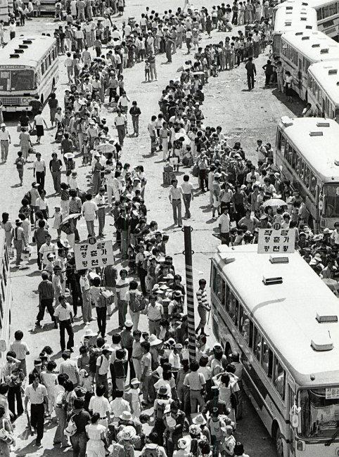 1982년 마장시외버스터미널에 몰린 인파. [동아DB]
