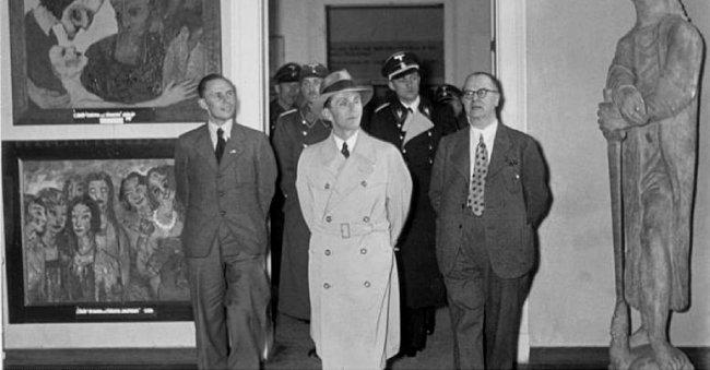 1938년 독일 뮌헨에서 열린 퇴폐미술전 당시 요제프 괴벨스(가운데), [German Federal Archives]