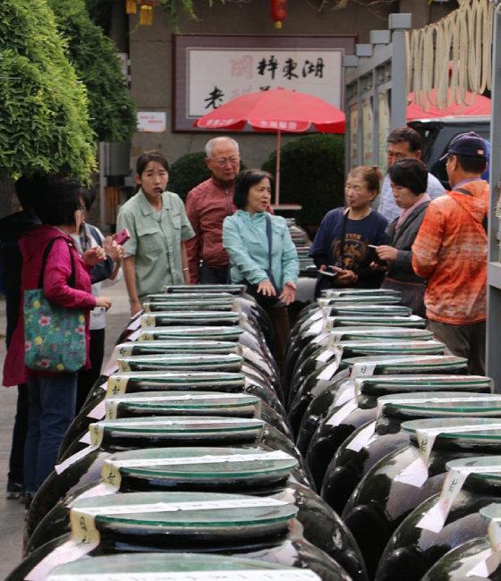 한국전통식초협회 회원들이 중국 산시성 동호식초 관계자들과 제조 공정에 대해 의견을 나누고 있다.