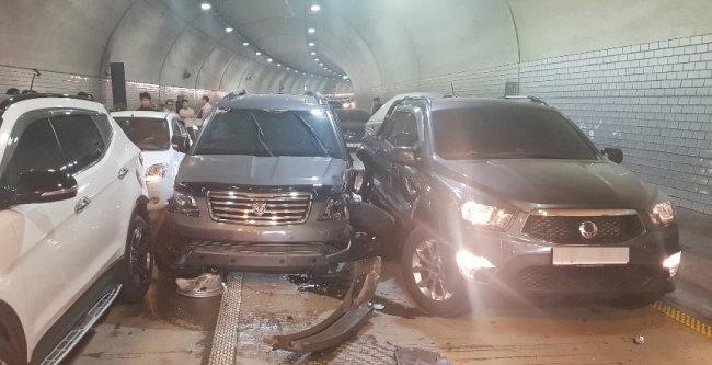 과연 보험료를 올려야 할만한 이유가 있는 걸까. 5월 12일 울산 동구 마성터널 출구 부근에서 차량 6대가 충돌하는 사고가 발생한 모습. [뉴스1]