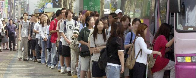학생들이 줄을 서서 통학버스에 오르고 있다. [동아DB]