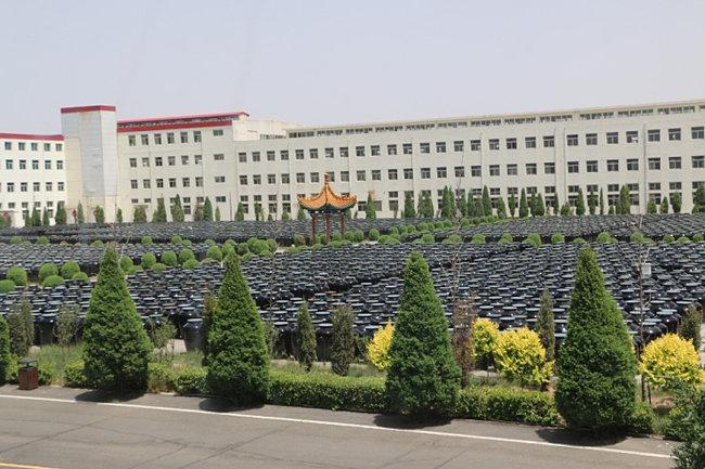 중국 산시성 보원노초 공장 앞에 놓인 노지 항아리.