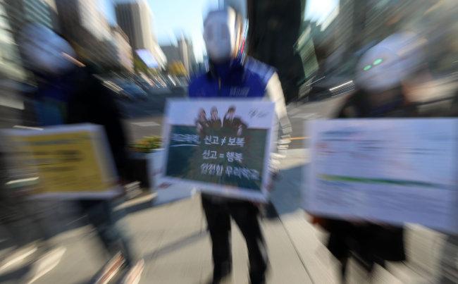푸른나무 청소년폭력예방재단(청예단)과 강북삼성병원 관계자들이 지난해 10월 서울 종로구 광화문광장에서 학교폭력예방 가두 캠페인을 펼치고 있다. [뉴시스]