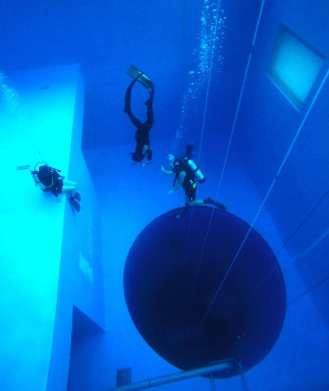 다이버들이 수심 26m 깊이까지 내려가 보는 이의 심장을 쫄깃하게 만든다.