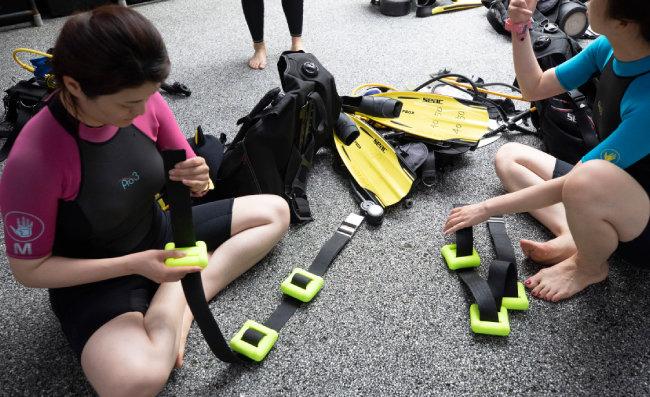 잠수 전 자신의 몸무게에 맞춰 무게 추를 준비한다.