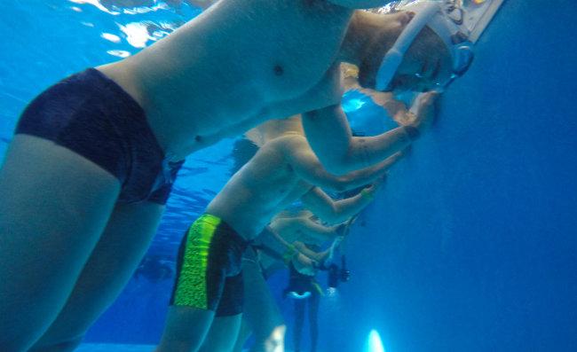 다이빙에 앞서 호흡 훈련을 하는 모습.